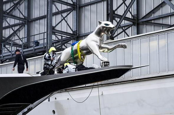 Un milliardaire fait imprimer un énorme jaguar pour son yacht