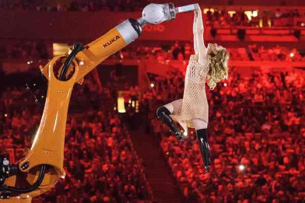 Jeux paralympiques : Amy Purdy danse avec un robot et une robe imprimée en 3D
