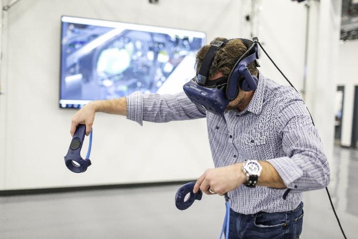 Dragisa Tofilovski, ingénieur en fabrication, utilise la technologie de réalité virtuelle