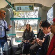 Des étudiants à bord du premier bus autonome imprimé en 3D