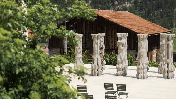 colonnes imprimées en 3D sur une scène