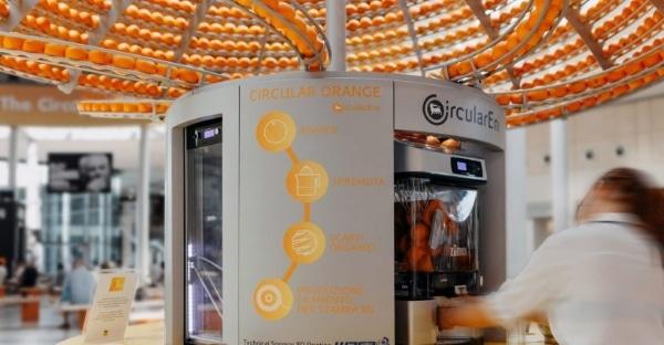 Un distributeur de jus d'orange qui transforme les peaux en