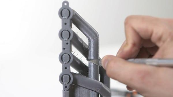 les scalpels sont très utiles pour ébarber et retirer les structures de supports