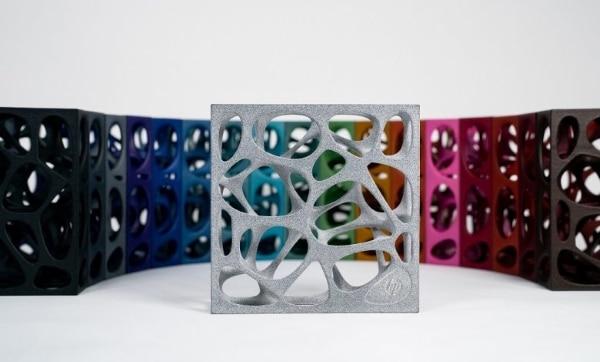 DyeMansion lance 17 nouvelles couleurs pour les impressions 3D grises d'HP