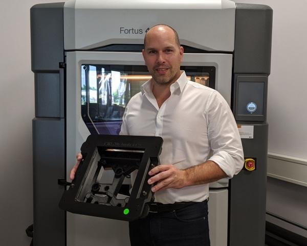Stefan Kammann devant l'imprimante 3D Fortus 450mc