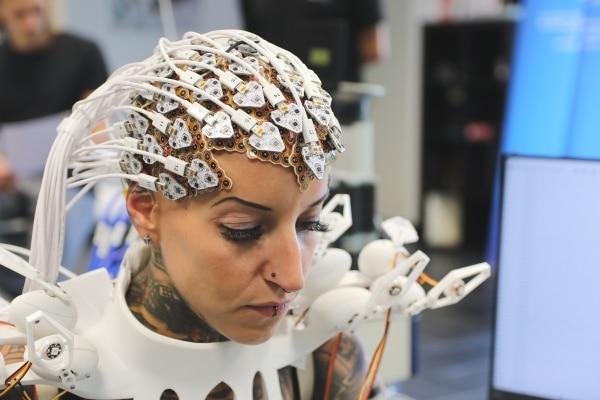 Une robe pangolin imprimée en 3D capable d'interagir avec nos pensées