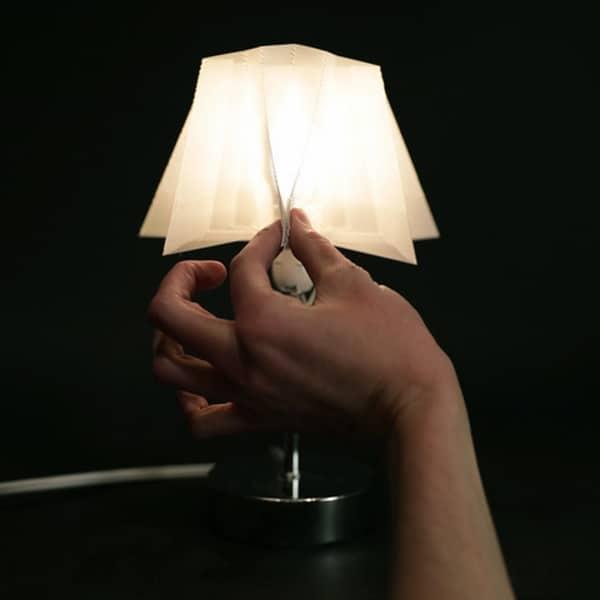 Lampe dotée d'un abat-jour flexible