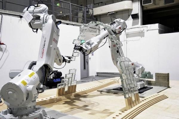 deux robots en pleine construction de l'arc central