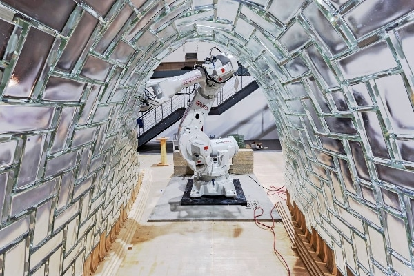 Des chercheurs utilisent des robots pour fabriquer une voûte en briques de verre