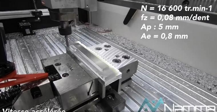 Usinage d'un support de palier sur son lit de copeaux d'aluminium