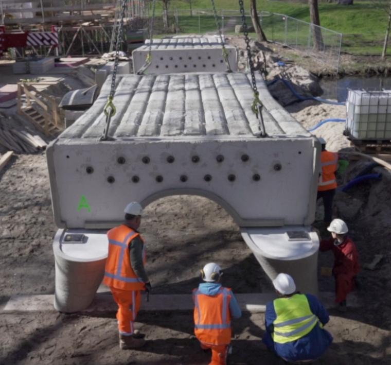 'installation du plus long pont imprimé en béton au monde