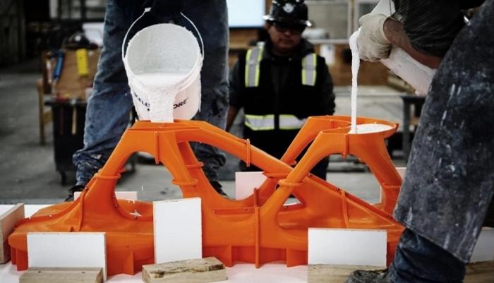 Remplissage du moule 3D avec du béton blanc. (crédits photo : Slicelab)