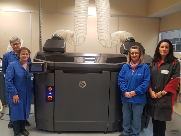 Opératrices de l'entreprise Dedienne Multiplasturgy devant une HP Jet Fusion 4200