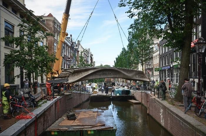 MX3D : son pont d'acier imprimé en 3D enfin installé à Amsterdam