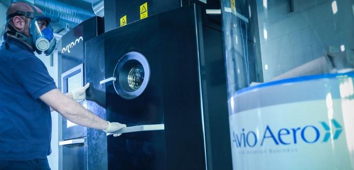 Technicien opérant sur une Arcam EBM Spectra H